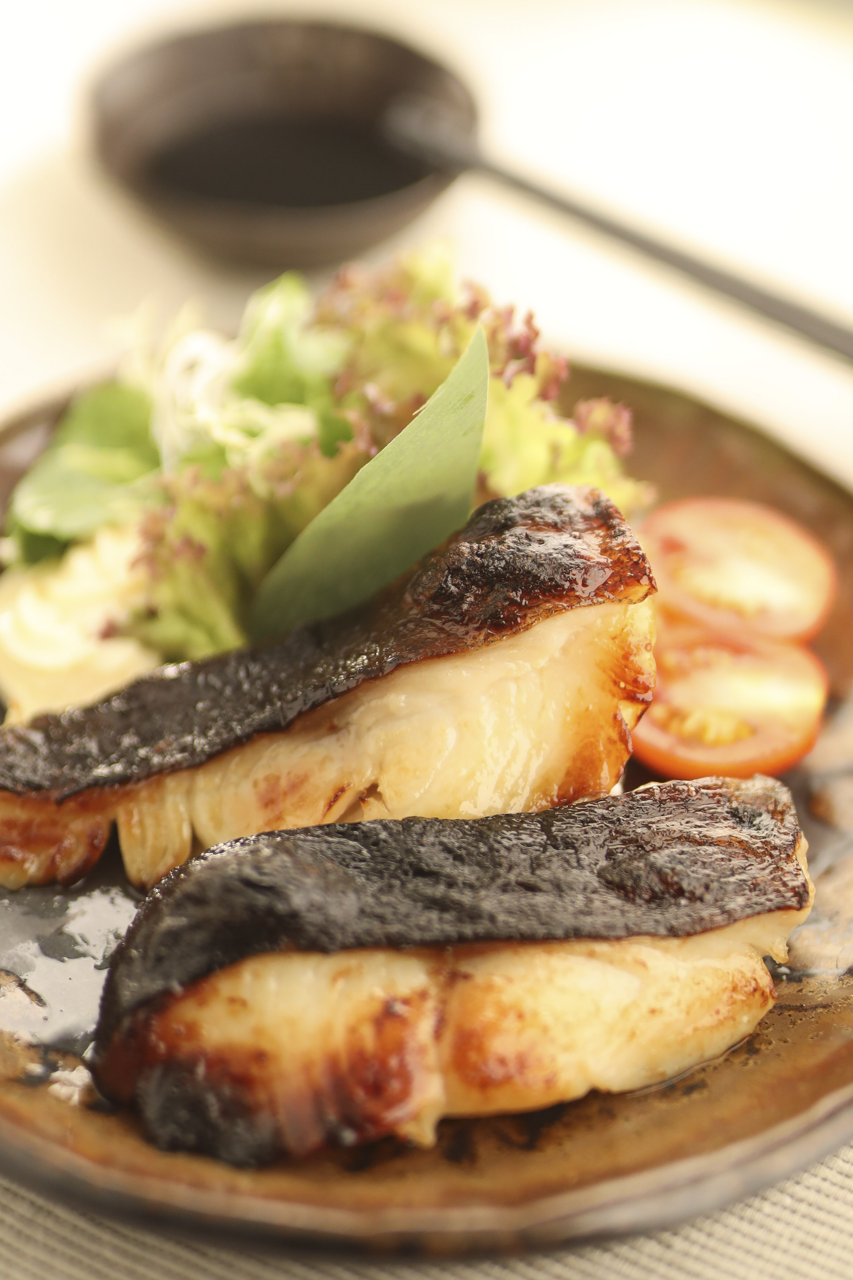「一休(居食屋)日本料理」 - 銀鱈魚西京燒用上西京面豉將銀鱈魚醃製兩天,再以高溫烤至金黃色,不但入口嫩滑,更滲透濃濃面豉香味,只吃一口便齒頰留香。