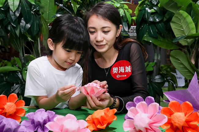 「STEM創客工作坊」,大人小朋友可以學習用紙摺出精美的紙藝花朵,獻給心中最愛!