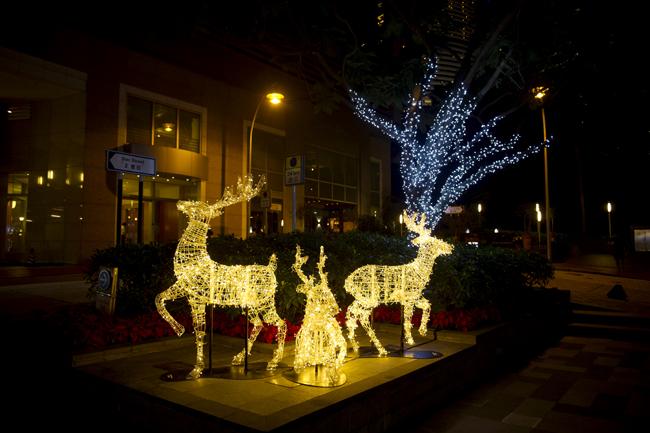 以金色LED燈組成的馴鹿富有動感,並會以不同形態出現,趣緻可愛。