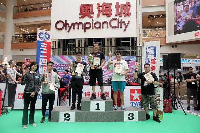公開組優勝選手從偉高模型董事總經理陳太手中接過獎盃