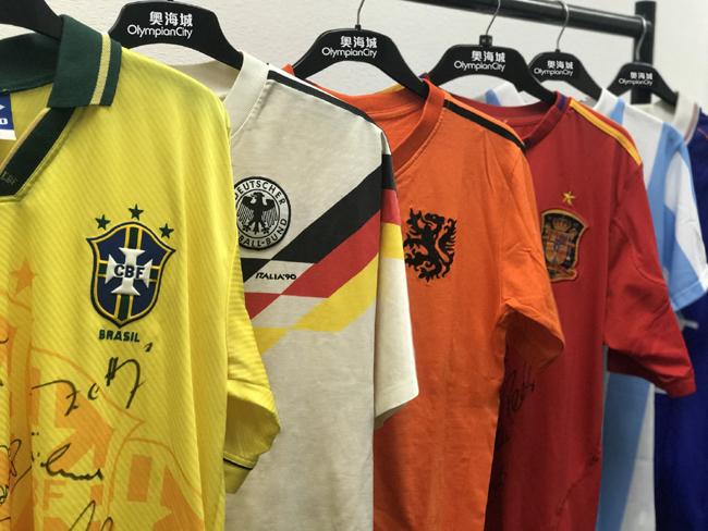 商場於6月9日至7月15日期間舉辦「球衣說故事」經典球衣展覽,屆時將會展出由1966年至2014年共13屆冠軍球隊的球衣,並細說當年最經典的足球故事。