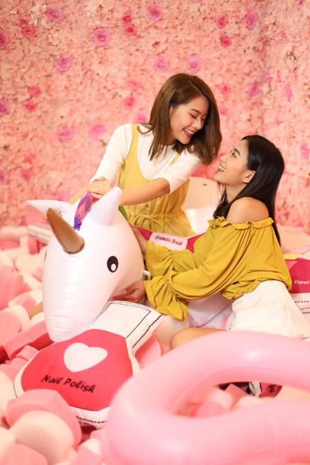 場內特設粉紅色夢幻花牆與及甜蜜派對玩樂區,放滿深受女孩子歡迎的獨角獸裝飾及彩妝造型抱枕,勢必成為自拍打卡熱點!