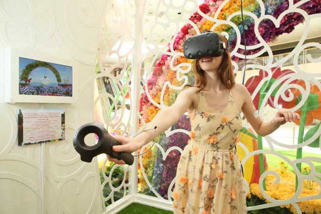 整個藝術佈置還配合了最新的「VR虛擬實境」遊戲裝置,帶領顧客一起走進栩栩如生的花海世界中,捕捉蝴蝶及昆蟲,於鬧市中感受大自然魅力。得分最高的參加者更可登上龍虎榜!(1)