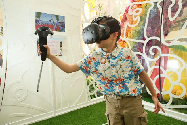 整個藝術佈置還配合了最新的「VR虛擬實境」遊戲裝置,帶領顧客一起走進栩栩如生的花海世界中,捕捉蝴蝶及昆蟲,於鬧市中感受大自然魅力。得分最高的參加者更可登上龍虎榜!(2)
