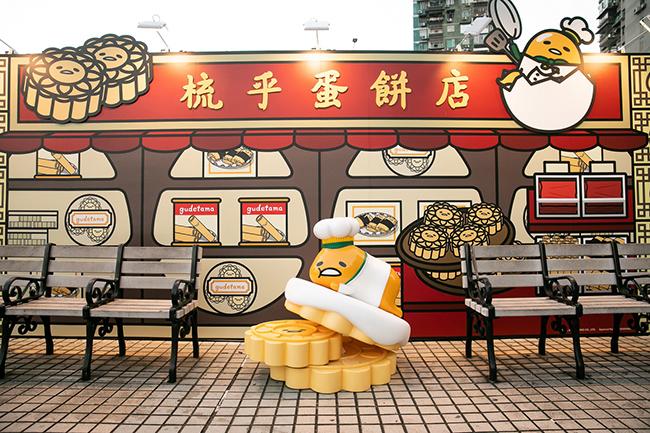 澳門人氣手信店 - 梳乎蛋餅店門外,GUDETAMA正向大家揮手打招呼,寫意地躺於巨型杏仁餅上,搞笑又趣怪!