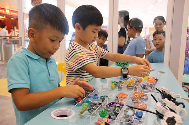 奧海城設全港首個《爆旋陀螺STEM學堂》,在OC STEM Lab放置近百個爆旋陀螺零件及STEM教材,讓小朋友隨意組裝及測試各款不同功能的陀螺