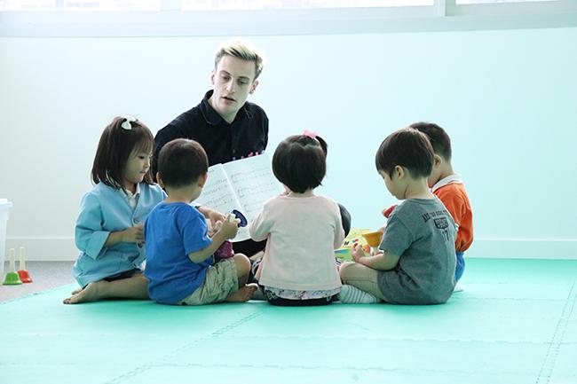 三歲以下幼童雖未適合學樂器,但可開始學習以身體感受音樂及表達情感,有助打好音樂基礎。