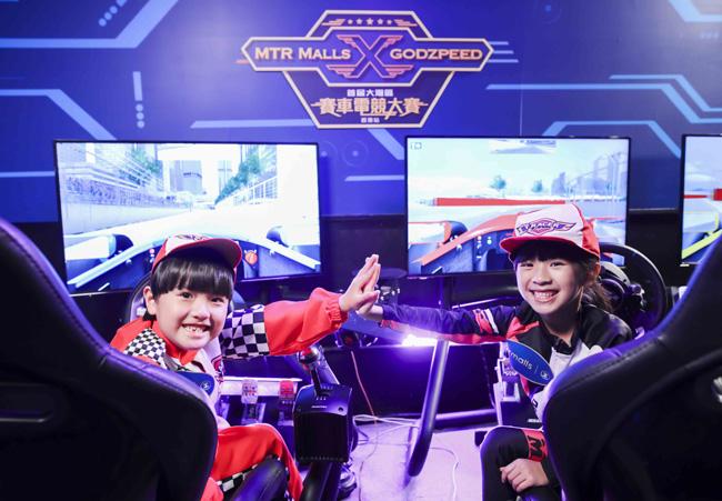 港鐵商場於今個暑假為公眾帶來「超逼真」電競賽車模擬器,讓大家感受專業級車手的體驗。