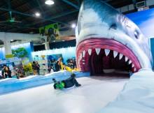 生存海洋區_人人化身企鵝勇闖4米高鯊魚口2