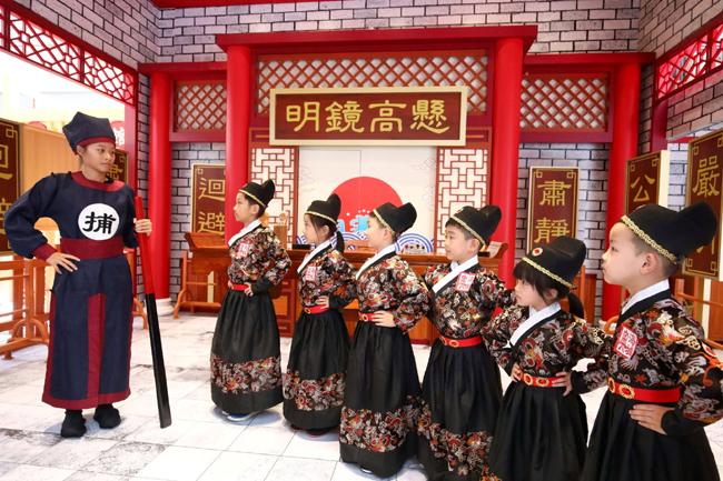 衙門會介紹及示範擊鼓及「威武的典故」,讓小朋友感受有趣好玩的古代工作體驗之外,亦能籍此增加他們對中國文化的認知,寓玩樂於學習!