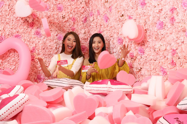 顧客拍照並上傳至其個人社交網站,即可免費獲得Beauty Twins優惠號外一份!