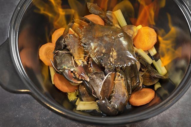 112北角匯_天藍中日火鍋料理_火焰 卜卜蜆鮮蟹魚湯鍋